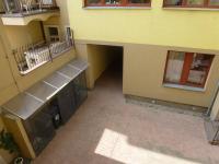Pohled do vnitrobloku ze společné chodby pro 3 byty - uzamykatelné oplocení komunálního odpadu. - Prodej bytu 1+1 v osobním vlastnictví 42 m², Praha 7 - Holešovice