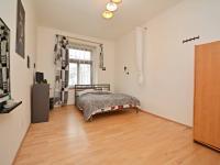 Obytná místost s velkám oknem do klidné části prostoru za domem. - Prodej bytu 1+1 v osobním vlastnictví 42 m², Praha 7 - Holešovice