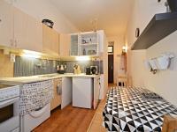 Kuchyně s jídelní částí - pohled z obytné místnosti. - Prodej bytu 1+1 v osobním vlastnictví 42 m², Praha 7 - Holešovice