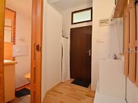 Předsíň  + vstupní dveře bytu a vstup do koupelny. - Prodej bytu 1+1 v osobním vlastnictví 42 m², Praha 7 - Holešovice