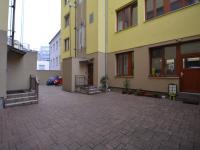 Vstup do domu z vnitrobloku. - Prodej bytu 1+1 v osobním vlastnictví 42 m², Praha 7 - Holešovice