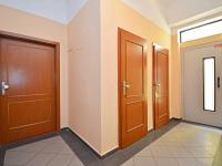 Centrální chodba - uzamykatelná chodba pro 3 byty, zděná komora k bytu na patře, sousední komora a výtah. - Prodej bytu 1+1 v osobním vlastnictví 42 m², Praha 7 - Holešovice