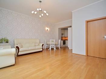 Prostorný obývací pokoj s jídelnou a oddělenou kuchyní + francouzskými dveřmi na lodžii. - Prodej bytu 3+kk v osobním vlastnictví 84 m², Praha 6 - Břevnov