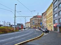 Pohled na prostranství před budovou. - Prodej bytu 1+kk v osobním vlastnictví 37 m², Praha 5 - Smíchov