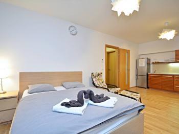 Pohled od oken. - Prodej bytu 1+kk v osobním vlastnictví 37 m², Praha 5 - Smíchov