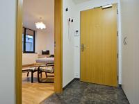 Pohled od koupelny - bezpečnostní vstupní dveře + videotelefon s elektronickým vrátným. - Prodej bytu 1+kk v osobním vlastnictví 37 m², Praha 5 - Smíchov