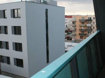 Pohled z lodžie. - Pronájem bytu 1+kk v osobním vlastnictví 40 m², Praha 9 - Černý Most