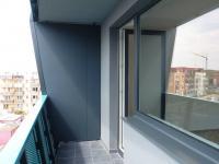 Prostorná lodžie s osvětlením a otevřeným výhledem (výhled do zeleně a zástavbu nových RD). - Pronájem bytu 1+kk v osobním vlastnictví 40 m², Praha 9 - Černý Most