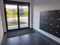 Hlavní vstup do domu + schránky. - Pronájem bytu 1+kk v osobním vlastnictví 40 m², Praha 9 - Černý Most