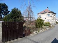 Příjezdová část - uzavíratelná vjezdová brána. - Pronájem domu v osobním vlastnictví 250 m², Teplice