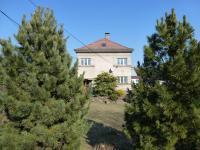 Pohled na dům z ulice, přes zahradu. - Pronájem domu v osobním vlastnictví 250 m², Teplice