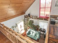 pohled na obývací pokoj z galerie - Prodej domu v osobním vlastnictví 182 m², Běštín
