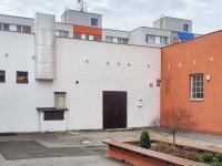 zadní vstup - Prodej komerčního objektu 750 m², Praha 4 - Modřany