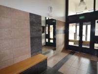 Hlavní vstup do domu - prochází se dvěmi dveřmi. - Pronájem bytu 2+kk v osobním vlastnictví 52 m², Praha 9 - Střížkov