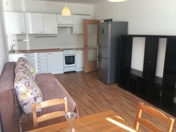 Hlavní obytná místnost s balkónem. - Pronájem bytu 2+kk v osobním vlastnictví 52 m², Praha 9 - Střížkov