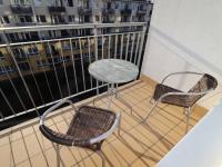 Balkon s výhledem do udržovaného parku se zelení pod okny bytu. - Pronájem bytu 2+kk v osobním vlastnictví 52 m², Praha 9 - Střížkov