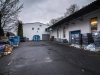 Pohled na halu ze dvora (Pronájem skladovacích prostor 1100 m², Tuchlovice)