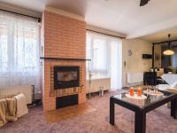 Obývací pokoj s krbem  - Prodej domu v osobním vlastnictví 125 m², Nové Strašecí