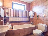 Koupelna - Prodej domu v osobním vlastnictví 125 m², Nové Strašecí