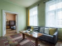 Obývací pokoj s kachlovými kamny (Prodej domu v osobním vlastnictví 127 m², Kladno)