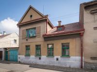 Pohled na dům z ulice (Prodej domu v osobním vlastnictví 127 m², Kladno)