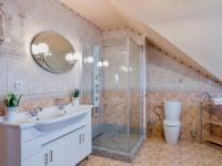 Vana i sprchový kout (Prodej domu v osobním vlastnictví 274 m², Mukařov)