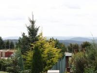 výhled přes zahrady sousedních domů v ulici (Prodej domu v osobním vlastnictví 186 m², Sulice)