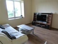 slunný obývací pokoj (Prodej domu v osobním vlastnictví 101 m², Týnec nad Sázavou)
