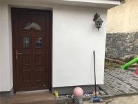 nové vstupní dveře, nově přistavěná část domu (Prodej domu v osobním vlastnictví 101 m², Týnec nad Sázavou)