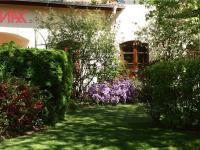 keře u zádveří a garáže (Prodej domu v osobním vlastnictví 294 m², Kamenice)