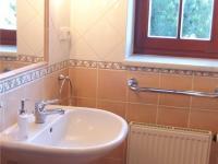 koupelna v I.NP (Prodej domu v osobním vlastnictví 294 m², Kamenice)