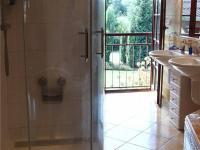 v koupelně je sprchový kout, vana,  (Prodej domu v osobním vlastnictví 294 m², Kamenice)