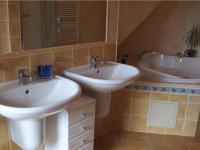 koupelna v II.NP (Prodej domu v osobním vlastnictví 294 m², Kamenice)