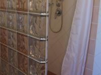 koupelna v I.NP u pokoje pro hosty (Prodej domu v osobním vlastnictví 294 m², Kamenice)