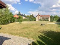 Rovinatý slunný pozemek (Prodej domu v osobním vlastnictví 140 m², Mukařov)