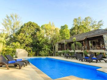 Pohled na vilu od bazénu - Prodej domu v osobním vlastnictví 233 m², Koh Jum Beach Vilas