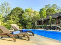 Relaxační lehátka u bazénu - Prodej domu v osobním vlastnictví 233 m², Koh Jum Beach Vilas