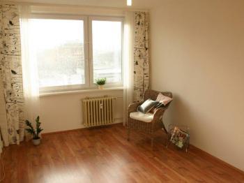 slunný obývací pokoj - Prodej bytu 2+kk v osobním vlastnictví 44 m², Praha 10 - Horní Měcholupy