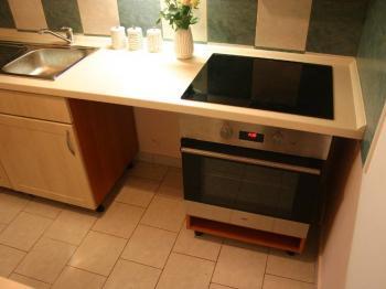velký kucyňský kout s prostorem pro lednici i myčku - Prodej bytu 2+kk v osobním vlastnictví 44 m², Praha 10 - Horní Měcholupy