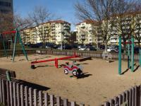 dětské hřiště z druhé strany domu - Prodej bytu 2+kk v osobním vlastnictví 44 m², Praha 10 - Horní Měcholupy