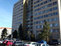 pohled na dům, byt v 6.NP - Prodej bytu 2+kk v osobním vlastnictví 44 m², Praha 10 - Horní Měcholupy