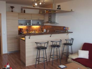 kuchyně s vestavěnými spotřebiči - Pronájem bytu 2+kk v osobním vlastnictví 56 m², Praha 10 - Uhříněves