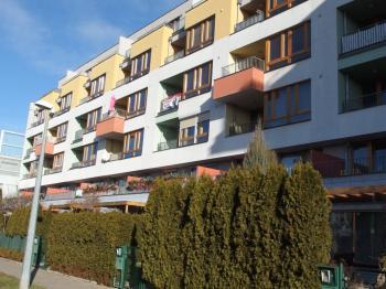 pohled na dům - Pronájem bytu 2+kk v osobním vlastnictví 56 m², Praha 10 - Uhříněves