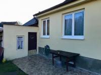 Posezení na terase - Prodej domu v osobním vlastnictví 150 m², Zásmuky