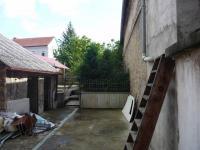 Vnitroblok, v pozadí zahrada (Prodej domu v osobním vlastnictví 250 m², Březnice)