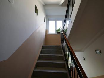 schodiště - Prodej bytu 3+1 v osobním vlastnictví 70 m², Kamenice