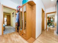 Chodba, realitní makléřka Renáta Maličká (Prodej bytu 4+kk v osobním vlastnictví 146 m², Praha 9 - Prosek)