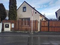 Pohled z ulice (Prodej domu v osobním vlastnictví 113 m², Mníšek pod Brdy)