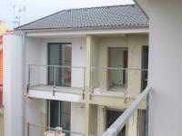 vnitroblok_lodžie (Prodej bytu 1+1 v osobním vlastnictví 51 m², Praha 8 - Ďáblice)