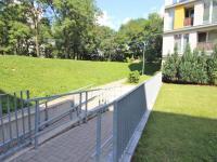 Bezprostřední okolí domu (Pronájem bytu 1+kk v osobním vlastnictví 30 m², Praha 9 - Prosek)